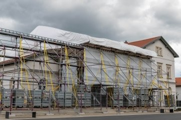Seit Ende November ist der Erlauer Generationenbahnhof wegen eines Schadens am Flachdach eingerüstet. Alle Aktivitäten ruhen seither.
