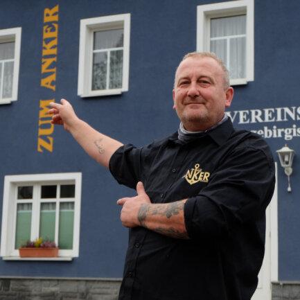 """Jens Bachmann, Wirt der Gaststätte """"Zum Anker"""" in Vereinshaus Oberoelsnitz bleibt trotz Lockdown optimistisch: """"Es wird schwer, aber es geht, wenn die Leute mitspielen."""""""