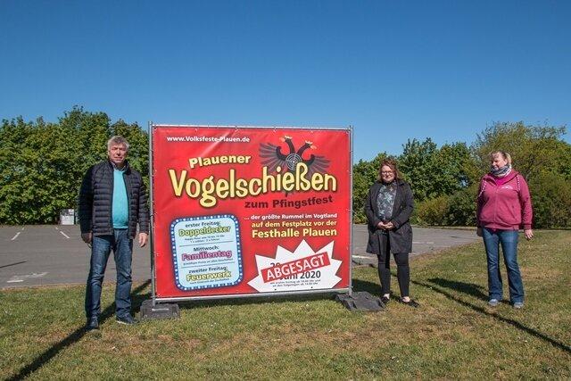 Die Plauener Schausteller Peter Hickmann, Katharina Wischnewski-Lang und Heike Hammerschmidt (von links) haben bis zuletzt gehofft, dass der größte Rummel im Vogtland, das Plauener Vogelschießen, zumindest unter Auflagen stattfinden kann.