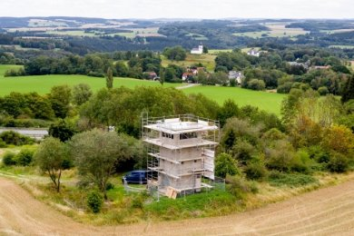 Noch nicht bereit für eine Begegnung am 3. Oktober: Der frühere Grenzturm Heinersgrün ist eingerüstet und wird als Denkmal saniert. Auch die Einheitsfeier in Mödlareuth fällt aus. Eine Ausstellung und ein Festkonzert gelten jetzt als Ersatzprogramm.