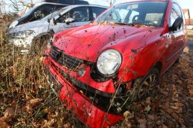 Der rote Problem-Polo von Heinrichsort Anfang Dezember: Kein Nummernschild, Stoßstange abgefallen, Außenspiegel abgebrochen.