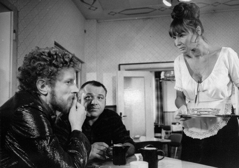 """<p class=""""artikelinhalt"""">Die Schauspieler Christian Steyer (links), Evelyn Cron und Arnim Mühlstädt im """"Polizeiruf 110"""" vom 24. Februar 1974. Die Folge, die den Titel """"Konzert für einen Außenseiter"""" trägt, wird am Dienstag , 22.50 Uhr im MDR-Fernsehen wiederholt. </p>"""