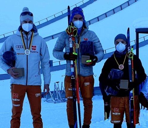 Martin Hahn vom VSC Klingenthal (Mitte) gewann den Deutschlandpokal in Seefeld vor Jonas Maier vom SC Waldau (links) und seinem Vereinskameraden Tim Kopp (rechts).