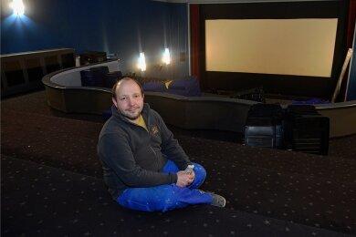Hier fehlt doch was: Kinobesitzer Andreas Ronneberger im großen Saal der Filmbühne Mittweida ohne Bestuhlung. Die über 20 Jahre alten Sessel hat sein Team in den vergangenen Wochen ausgebaut.