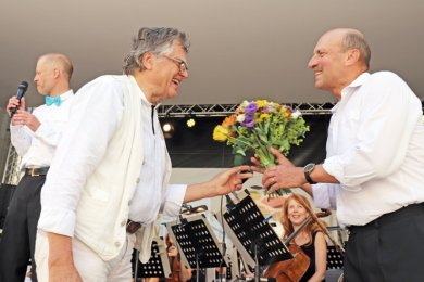 Solopauker Gyula Haidú (r.) wurde von Professor Arnold Beck, dem Vorsitzenden des Fördervereins des Mittelsächsischen Theaters, verabschiedet.