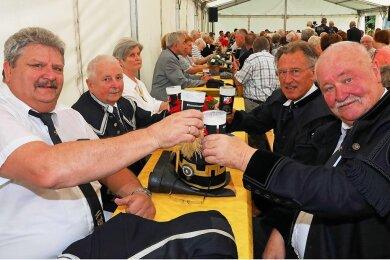 Uwe Neumann, Ulrich Siegel, Richard Schütze und Frank Hartzsch (von links) vom Steinkohlenbergbauverein stoßen auf ihr Wiedersehen an.