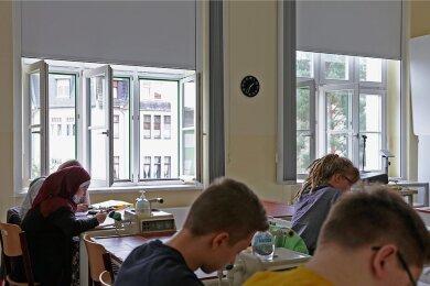 In Schulen gehören offene Fenster inzwischen zum Alltag, wie hier im Käthe-Kollwitz-Gymnasium in Zwickau. Im Sommer stellt das Lüften kein Problem dar - im Winter hingegen schon.