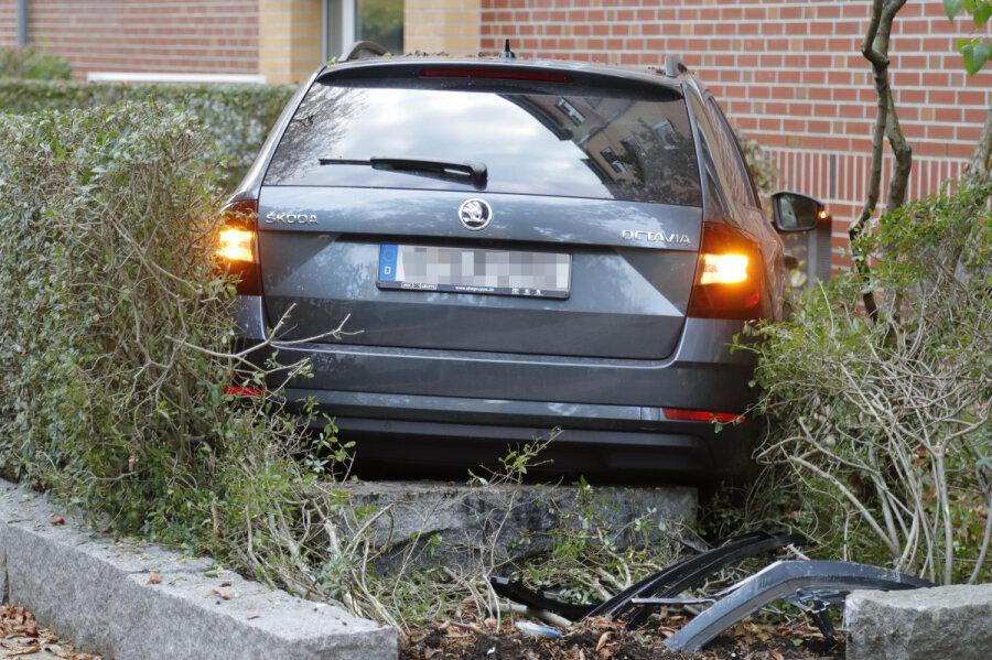 Skoda landet im Vorgarten - Fahrer schwer verletzt