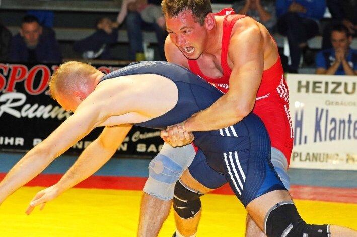 Im Duell des Werdauers Erik Lüttich (rot) gegen Toni Matzat aus Taucha ging es eng zu. Am Ende lag Lüttich 2:1 nach Punkten vorn.