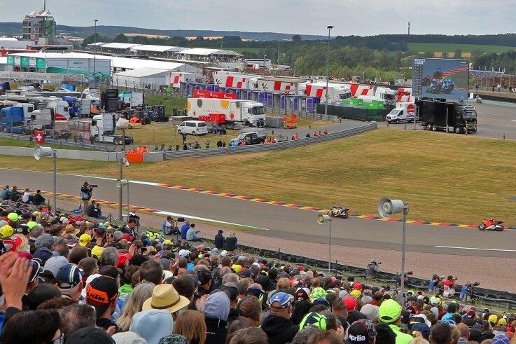 Auch zum Moto-GP stehen Videowände. Am Sonntag sind die Fans am Sachsenring aber viel näher dran. Nur die Strecke bleibt leer.