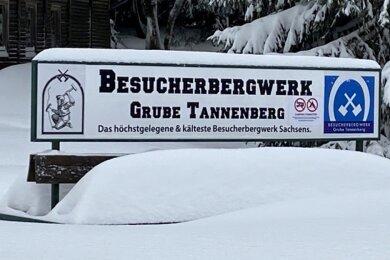 Tief verschneit präsentiert sich das geschlossene Besucherbergwerk am Schneckenstein.