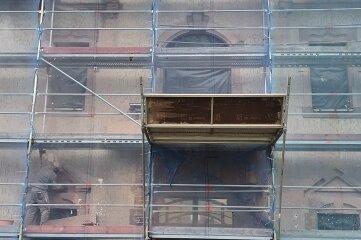 Die Musikschule Markneukirchen ist den Bau von Dach und Fassade eingerüstet.