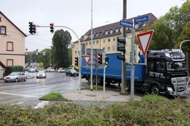 Seit Jahren kämpfen die Anwohner der Talstraße in Zwickau für mehr Ruhe. Lastwagen, die über die Straßenbahngleise rumpeln, und zu schnell fahrende Autos sorgen für Unmut.