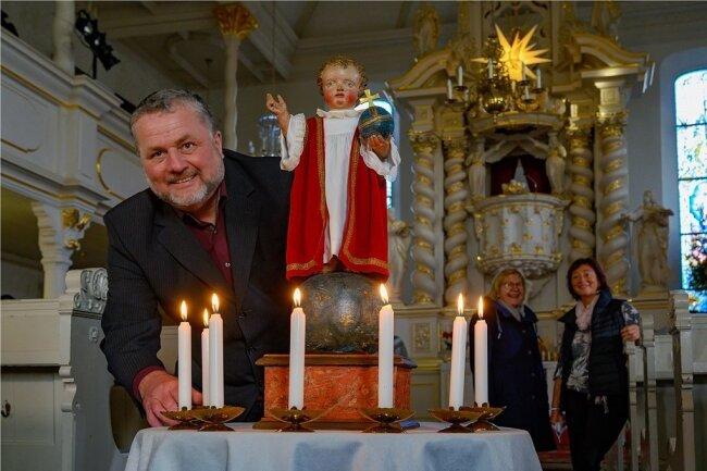 Pfarrer Michael Tetzner in der Trinitatiskirche mit dem Zwönitzer Bornkinnel. Gemeinsam mit seiner Ehefrau, Gemeindepädagogin Claudia Tetzner (r.), und Kantorin Sibylle Fischer-Kunz bringen sie zu Weihnachten Licht in die Dunkelheit.