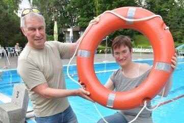 Der Chef des Fördervereins Herbert Grahl und seine Tochter Susan Ralle engagieren sich für das Bad.