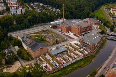 Die Gebäude von links: Hinten das Gartenhaus, drei Altbauten, Oederaner Bau, Neubau, Ballenlager, vorne Shedhalle mit Verwaltungsgebäude und Wasserbau.