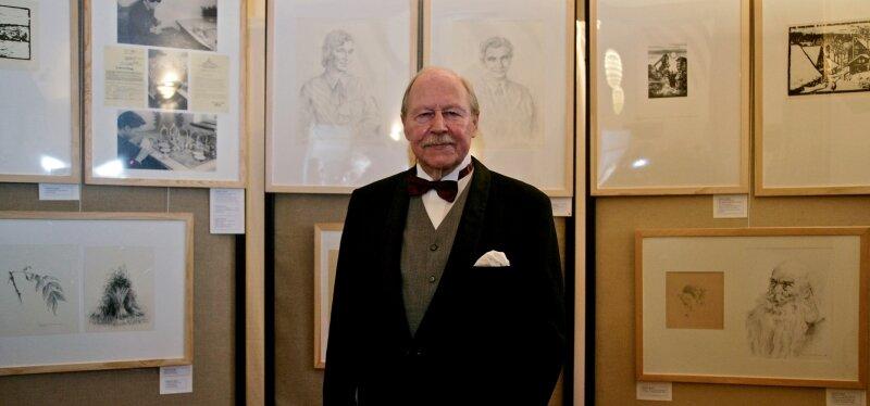 Ernest G. Reuter vor einigen seiner Werke, die derzeit auf der Burg Scharfenstein gezeigt werden. Der gebürtige Drebacher lebt in Berlin, hat aber in Gornau einen zweiten Wohnsitz.
