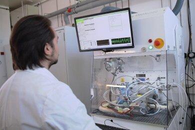 An einem Elektrolyseteststand wie diesem wird beispielsweise ermittelt, wie sich neue Materialien in Elektrolyseuren auf deren Lebensdauer und Wirkungsgrad auswirken.