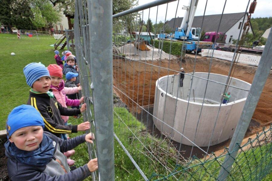 Kleine und große Zaungäste verfolgen Anlieferung der Betonteile