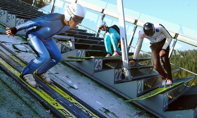 Training der Franzosen in der Herbstsonne auf der Eisspur in der Vogtland-Arena: Nicolas Mayer in der Anlaufspur, während sich Alexandre Mabboux und Emmanuel Chedal (rechts), der 15. des Gesamtweltcups 2009/10, noch auf ihre Sprünge vorbereiten.