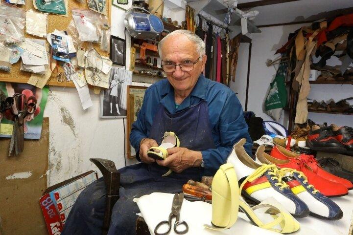 Schuhmacher Günter Herold aus Langenchursdorf arbeitet auch noch mit80 Jahren in seiner Werkstatt.