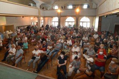 Der große Saal des Ellefelder Hofes war bestens gefüllt - allerdings vereitelte schlechte Akustik das hier geplante Podiumsgespräch.
