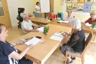"""Nach der Coronapause ist der Englischkurs mit Kursleiterin Hannelore Mildner im """"Bunten Haus"""" Freiberg wieder angelaufen."""