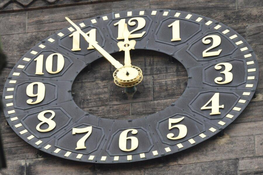 Die Uhren ticken - nicht nur wie auf dem Bild die am Chemnitzer Rathaus -, sondern auch die in den Büros der Verantwortlichen des sächsischen Amateurfußballs.