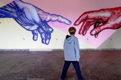Die Hände hat Künstler Bond Truluv mit Spezialhandschuhen aufgebracht.