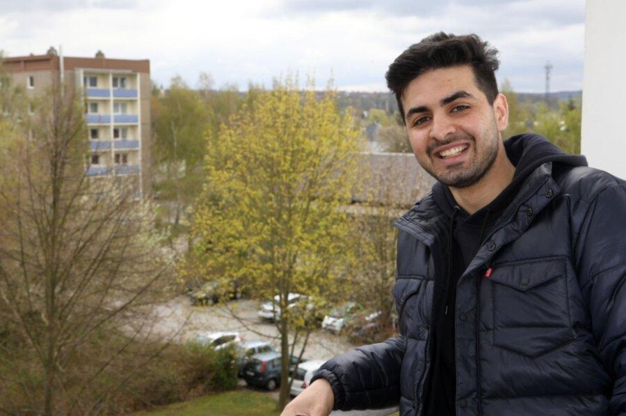 Ehab Ibrahim Ben Husen auf dem Balkon seiner zukünftigen Wohnung in Glauchau. Der libysche Handballtorhüter will beim HC Glauchau/Meerane um möglichst viel Einsatzzeit in der nächsten Saison kämpfen.