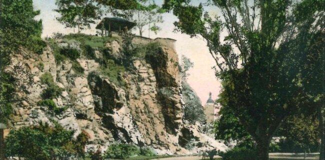 Eine alte Postkarte zeigt den Trützschler-Pavillon auf dem Falkensteiner Schlossfelsen.