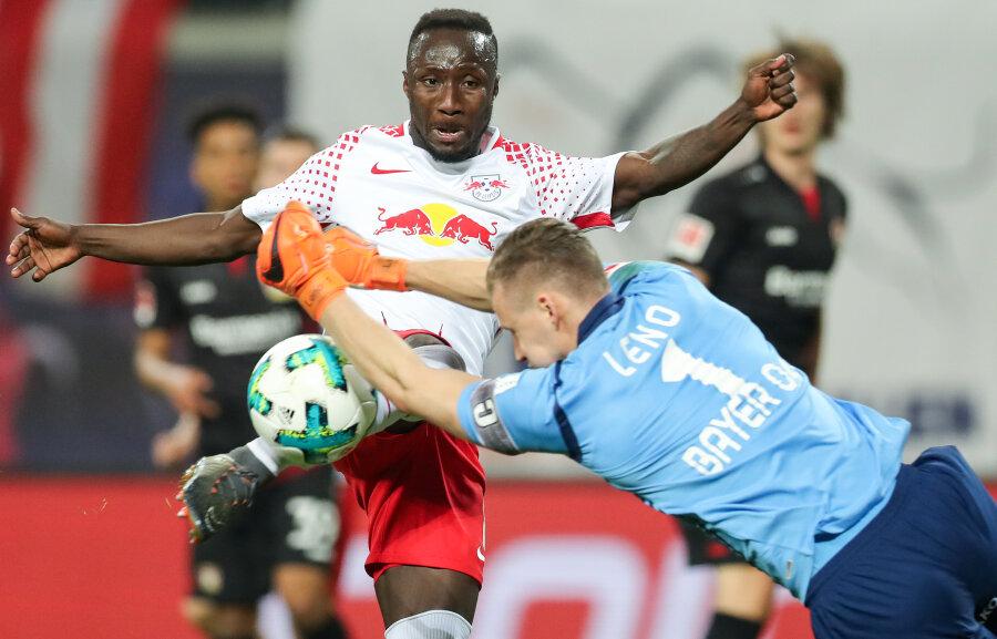 Leipzigs Naby Deco Keita (l) und Leverkusens Torwart Bernd Leno im Zweikampf.