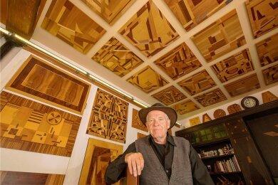 Wolfram Ketzel in seinem Ausstellungsraum an der Plauener Bleichstraße. Hier bewahrt der Holzkünstler alle seine Werke auf.
