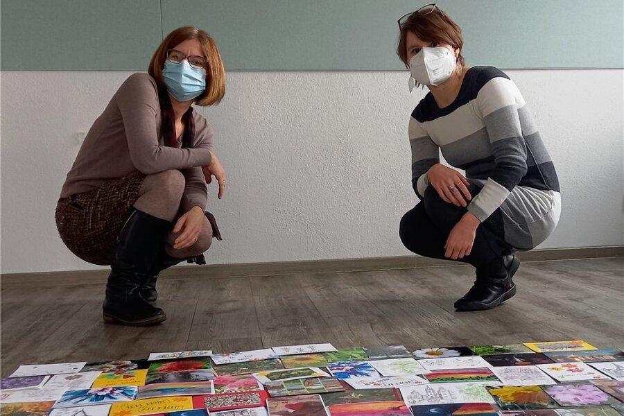Dorothea List (links) und Daniela Joram mit einigen der liebevoll gestalteten Karten, die am Valentinstag Freude bringen sollen.