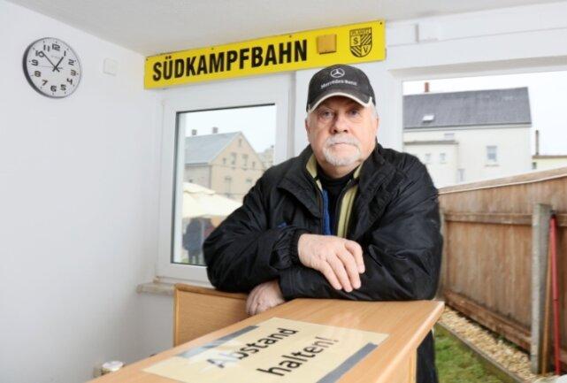 Der Vorsitzende des SV Planitz Lutz Brunner wünscht sich Verbesserungen. Im Gebäude schimmelt es zum Teil.