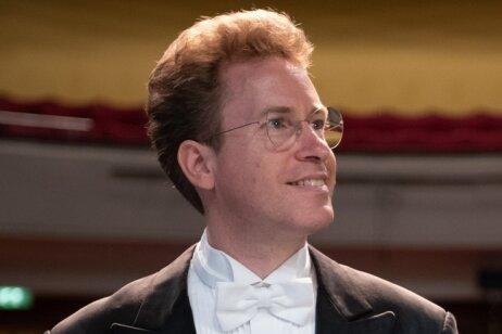 Der neue Generalmusikdirektor der Erzgebirgischen Philharmonie Aue, Jens Georg Bachmann, blickt erwartungsvoll in die Zukunft - mit seinem neuen Orchester an neuer Wirkungsstätte.