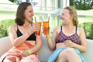 Anika Mönnich (links) und Sara Buschbeck testeten den ersten Chillout-Friday auf der Sonnenterrasse der Soletherme und zeigten sich hochzufrieden.