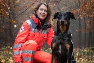 Rettungshundeführerin Ulrike Schulz mit ihrem 4-jährigen Beauceron-Rüden Thorin.