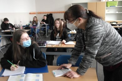 Isabelle Hammer (l.) ist froh über den Präsenzunterricht für Abschlussklassen. Schulleiterin und Mathelehrerin Heike Brüssau erklärt der 16-jährigen Geringswalderin einen Rechenweg.