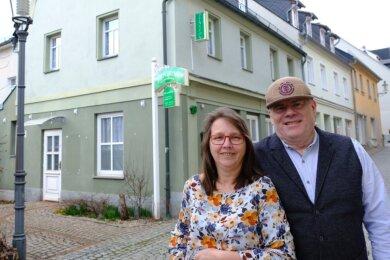 """Claudia Schmohl und ihr Partner Fabian Geis vor der Pension """"Zur alten Gärtnerei"""" in der Reichenbacher Zenkergasse. Neben Zimmern soll hier bald auch schon leckeres Eis angeboten werden."""