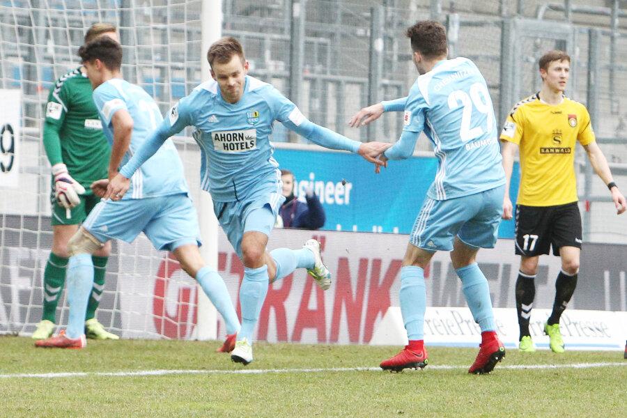 Torjubel nach dem Treffer zum 1:1-Ausgleich durch Torschütze Mikko Sumosalo (Chemnitz, links), hier mit Tom Baumgart. Trotzdem verlor der Club die Partie.