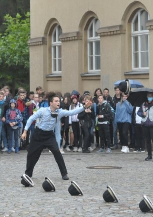 Jonglage darf bei Straßenkunst-Veranstaltungen nicht fehlen.