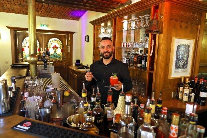 Barkeeper Suad Muaremi beim Cocktailmixen: Die Bar soll nach der Coronapause nun kommende Woche wieder öffnen.