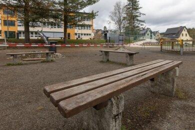 Momentan bietet er ein eher trostloses Bild: der untere Pausenhof an der Grundschule in Neudorf. Doch das soll sich noch in diesem Jahr ändern. Die Gemeinde will das Areal neu gestalten.