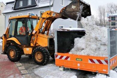 Nach den Hauptverkehrsstraßen wird der Schnee auch von kleineren Straßen, beispielsweise aus Siedlungen, geschippt und abtransportiert. Auch Salz wird stellenweise gestreut.