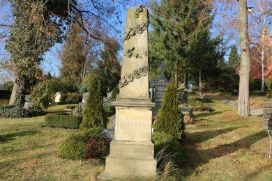 Ins Auge fällt auf dem Pausaer Friedhof das Grabmal von Dr. Theodor Klemm. Er starb 1880.