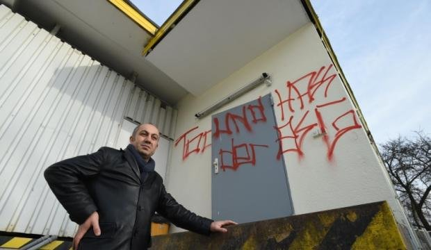 Yavuz Kaya vor der seiner Bäckerei auf dem Sonnenberg, die Anfang Januar beschmiert wurde. Die Symbole und Parolen wurden mittlerweile entfernt, zudem hat die Polizei Tatverdächtige ermittelt.
