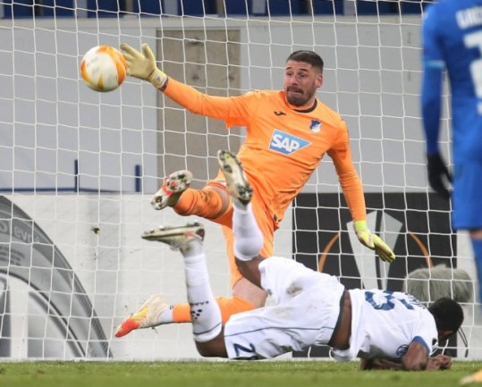 Starkes Debüt: Der in Freiberg geborene Torhüter Philipp Pentke spielte vor ein paar Tagen erstmals auf internationaler Ebene. Für Hoffenheim kann er hier gegen Michael Ngadeu Ngadjui aus Gent parieren.