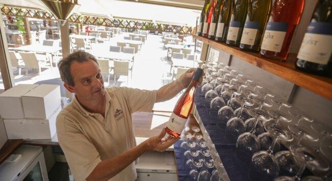 Olaf Pietzsch vom Weingut Hoflößnitz aus Radebeul räumt seine Bude auf dem Markt ein. Die neuen Vierertische im Hintergrund sind bereits aufgestellt. Für die Abende im Weindorf müssen die Plätze in diesem Jahr reserviert werden. Einige Tage sind schon ausgebucht.
