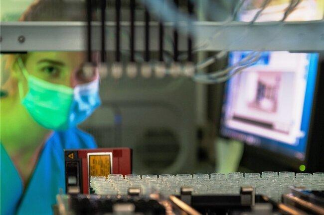 Maschinelle Analyse von Laborproben in einem Potsdamer Klinikum. In ganz Deutschland melden Labore positive Befunde an die Gesundheitsämter. Bis die Daten beim Robert-Koch-Institut ankommen und in die Inzidenzberechnung eingehen, vergehen manchmal mehrere Tage.